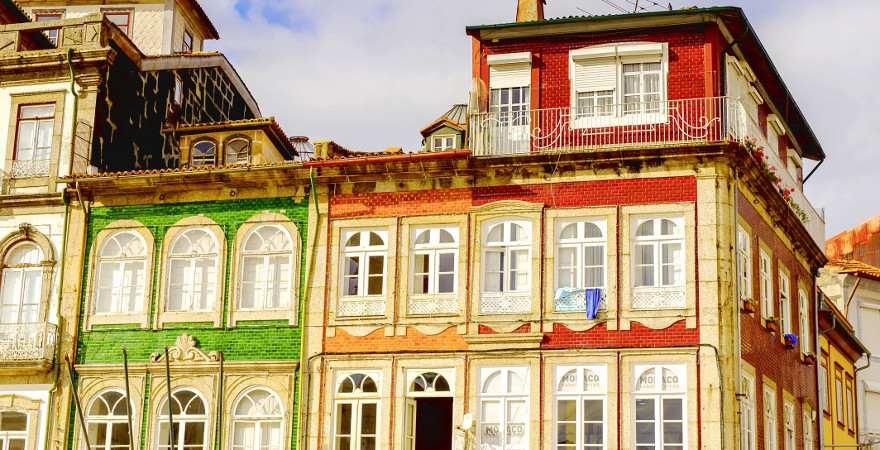 Mit bunten Kacheln verzierte Häuser in Guimaraes