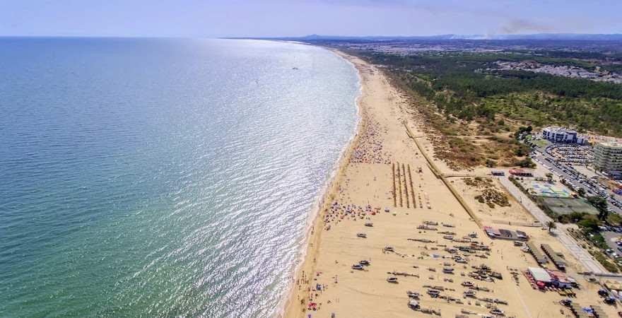 Luftaufnahme des kilometerlangen Strandes in Monte Gordo an der Algarve
