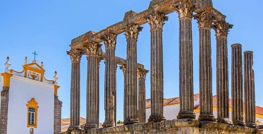 Ein römischer Tempel in der Altstadt von Evora, Portugal