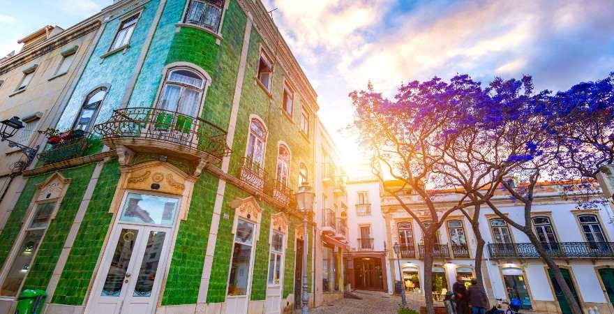 Ein grün gekachelstes Hasu in der Altstadt von Lagos, Portugal