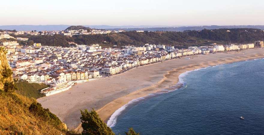 Blick von einer Anhöhe auf den Strand von Nazare in Portugal
