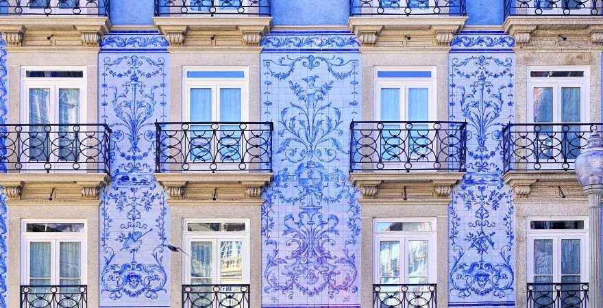 Eine mit blauen Fließen gekachelte Hausfassade in Porto