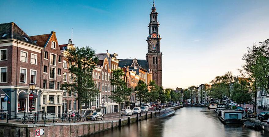 Ausblick auf eine Gracht in Amsterdam