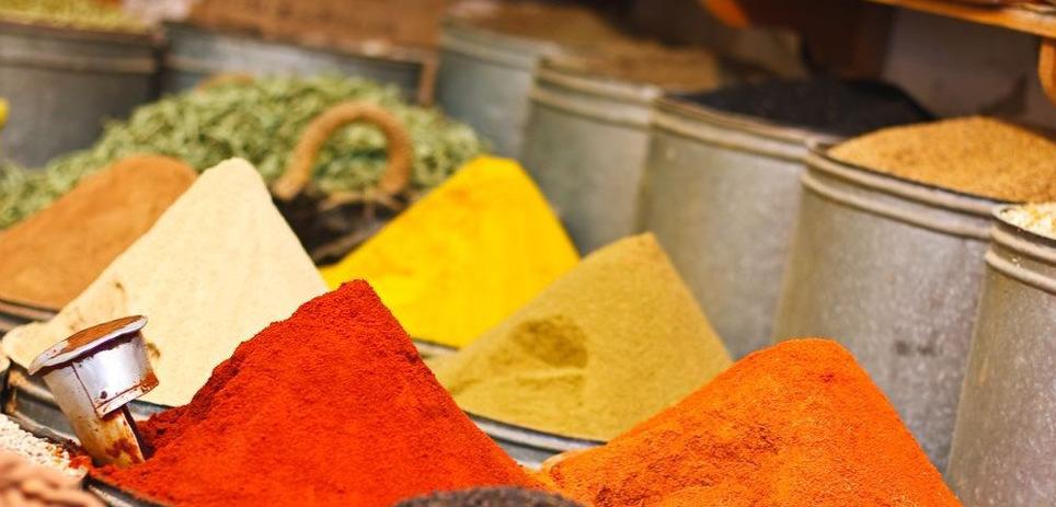 Gewürzvielfalt auf dem Markt