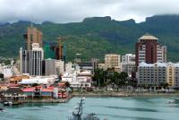 Die Hauptstadt Port Louis, vom Meer aus fotografiert