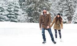 Eislaufen Pärchen Winterurlaub Bayern