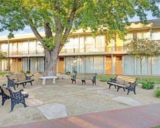 Super 8 Motel - Meadow Wood Courtyard
